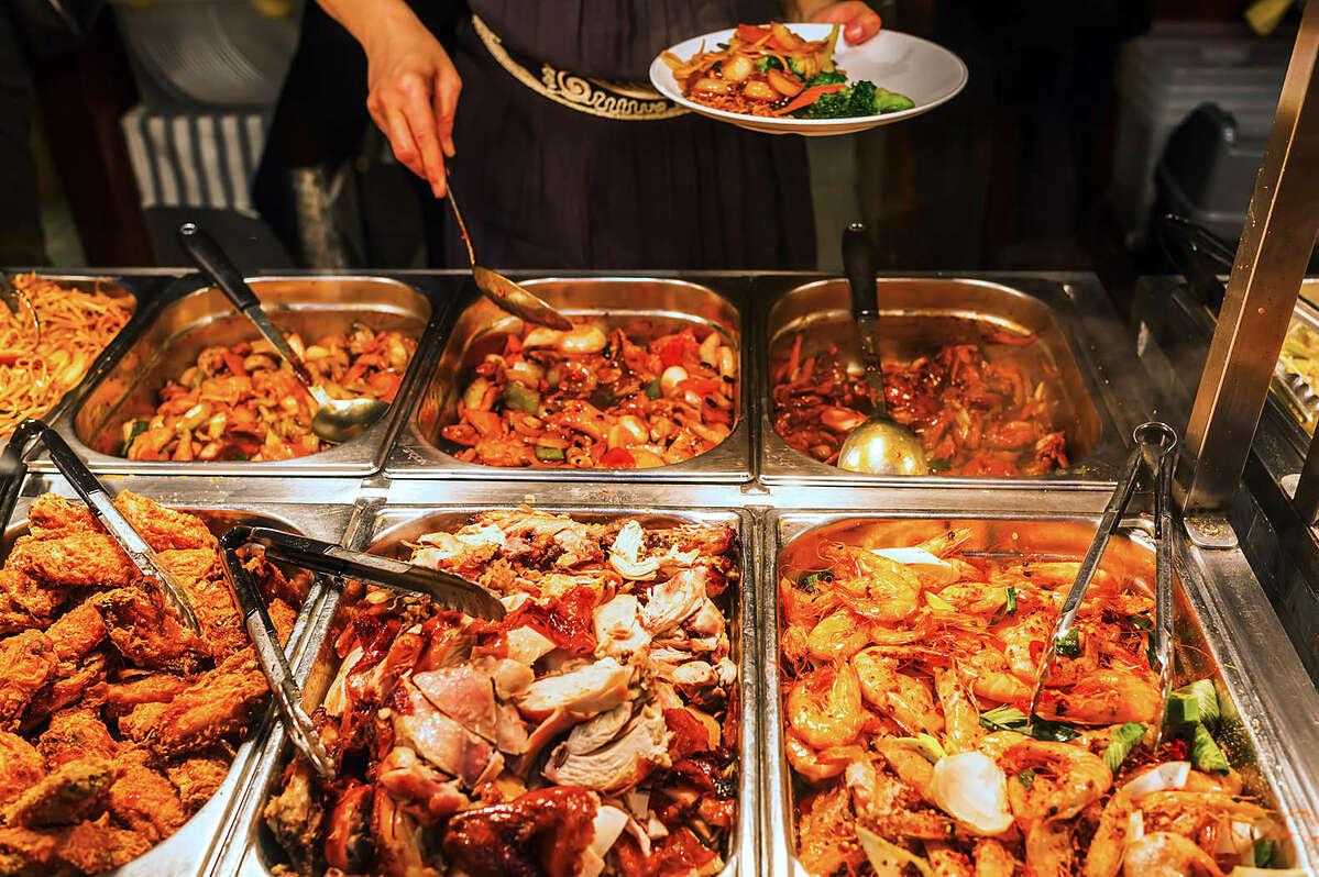 Nhiều người thường mang tâm lý sợ thiệt khi đi ăn buffet nên lấy đồ ăn đầy đĩa, nhưng lại không thể ăn hết dẫn đến tình trạng lãng phí. Ảnh: Thrillist