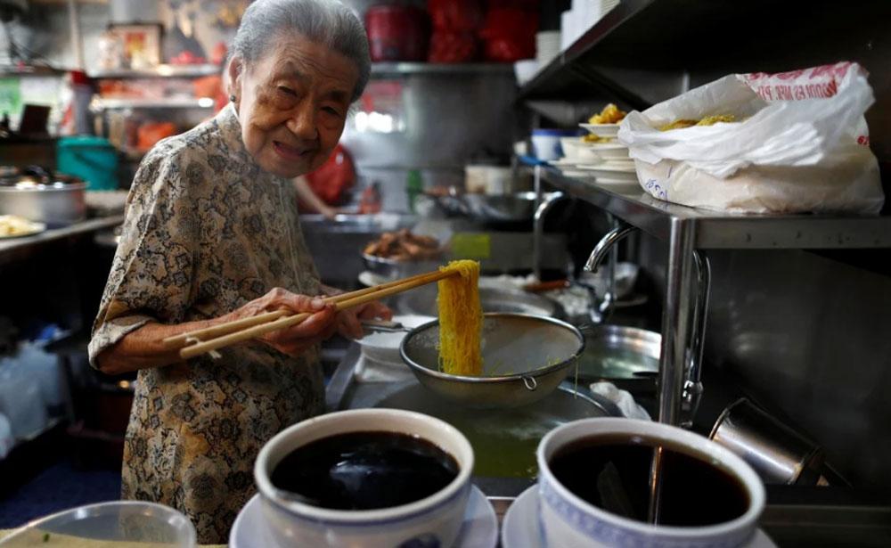Văn hóa bán hàng rong được UNESCO công nhận cùng với angklung - nhạc cụ truyền thống của Indonesia và kimjang - văn hóa muối kim chi của Hàn Quốc. UNESCO định nghĩa các di sản văn hóa phi vật thể là các di sản sống, là các truyền thống và tập quán được truyền từ thế hệ này sang thế hệ khác. Ảnh: Reuters