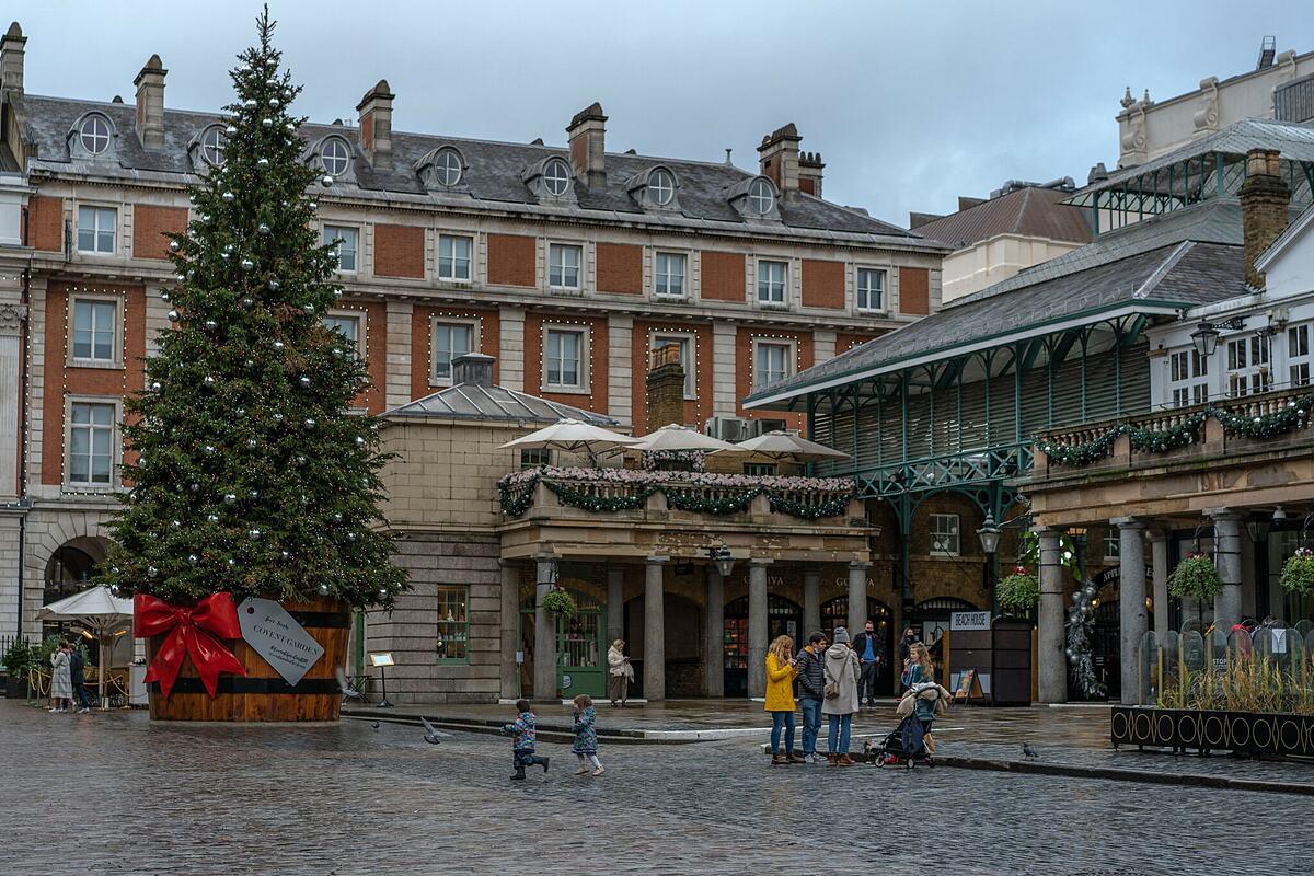 Những người ở khu vực chịu lệnh phong tỏa phải ở yên trong nhà, it nhất là đến hết ngày 31/12. Trên ảnh là Covent Garden, nơi vốn đầy ắp người đi mua sắm dịp giáng sinh những năm trước. Ảnh: Andrew Testa/New York Times