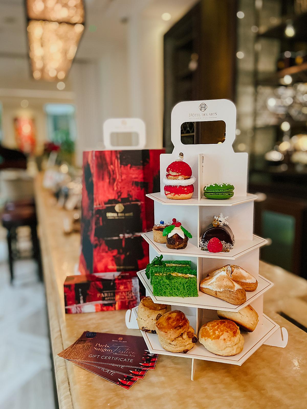 Bữa tiệc trà chiều tại Café des beaux-Arts, tầng trệt Hôtel Des Arts Saigon gồm nhiều gói tiệc giá từ 550.000 đồng đến 950.000 đồng.
