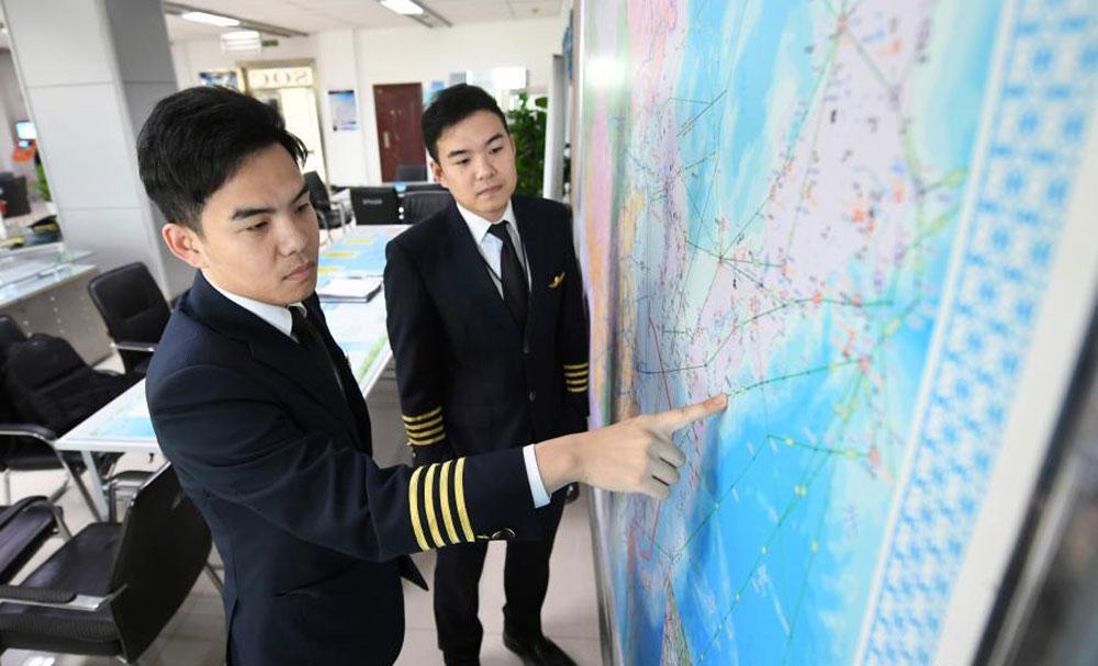Hai phi công sinh năm 1987, từ nhỏ đều mơ ước thành phi công. Sau khi tốt nghiệp trung học, họ cùng thi vào Đại học Hàng không Dân dụng Trung Quốc và trở thành phi công của China Southern Airlines. Ảnh: Zhang Yao/China News Service