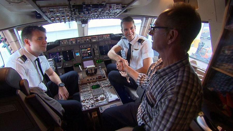 Hai anh em được mẹ dạy bay trên chiếc Cessna nhỏ từ năm 2007. Và giờ, họ cùng điều khiển chiếc Boeing 747. Cả hai cũng từng bay chung với bố - người cũng làm phi công cùng hãng với hai con và đã nghỉ hưu. Nhìn chúng điều khiến trên chiếc máy bay tôi từng lái là một điều thực sự rất tự hào, bố của cặp song sinh cho biết. Hai anh em cũng nói rằng, việc ngồi chung buồng lái với bố là điều thực sự đặc biệt. Hai phi công song sinh có một người em trai nữa, người trở thành nhà khoa học vật lý. Ảnh: 9News