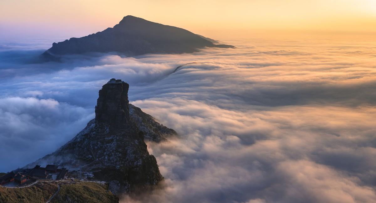 Hàng trăm triệu năm trước, núi Phạm Tịnh từ từ nhô lên khỏi đáy đại dương Những cảnh quan tuyệt đẹp như vách đá dốc đứng, thung lũng sâu và thác nước hình thành từ 1 đến 1,4 tỷ năm trước còn tồn tại nguyên vẹn đến nay. Toàn bộ dãy núi Phạm Tịnh là một trong năm ngọn núi thiêng trong Phật giáo, được người dân Trung Quốc coi là bồ đề của Phật Di Lặc. Nhiều tài liệu lịch sử cho thấy núi là nơi có nhiều chùa Phật giáo xây từ thời cổ đại. Tuy nhiên, phần lớn đều bị phá hủy trong thế kỷ 16, ngày nay còn lại ít nhất 50 ngôi chùa. Ảnh: Clkraus/Shutterstock