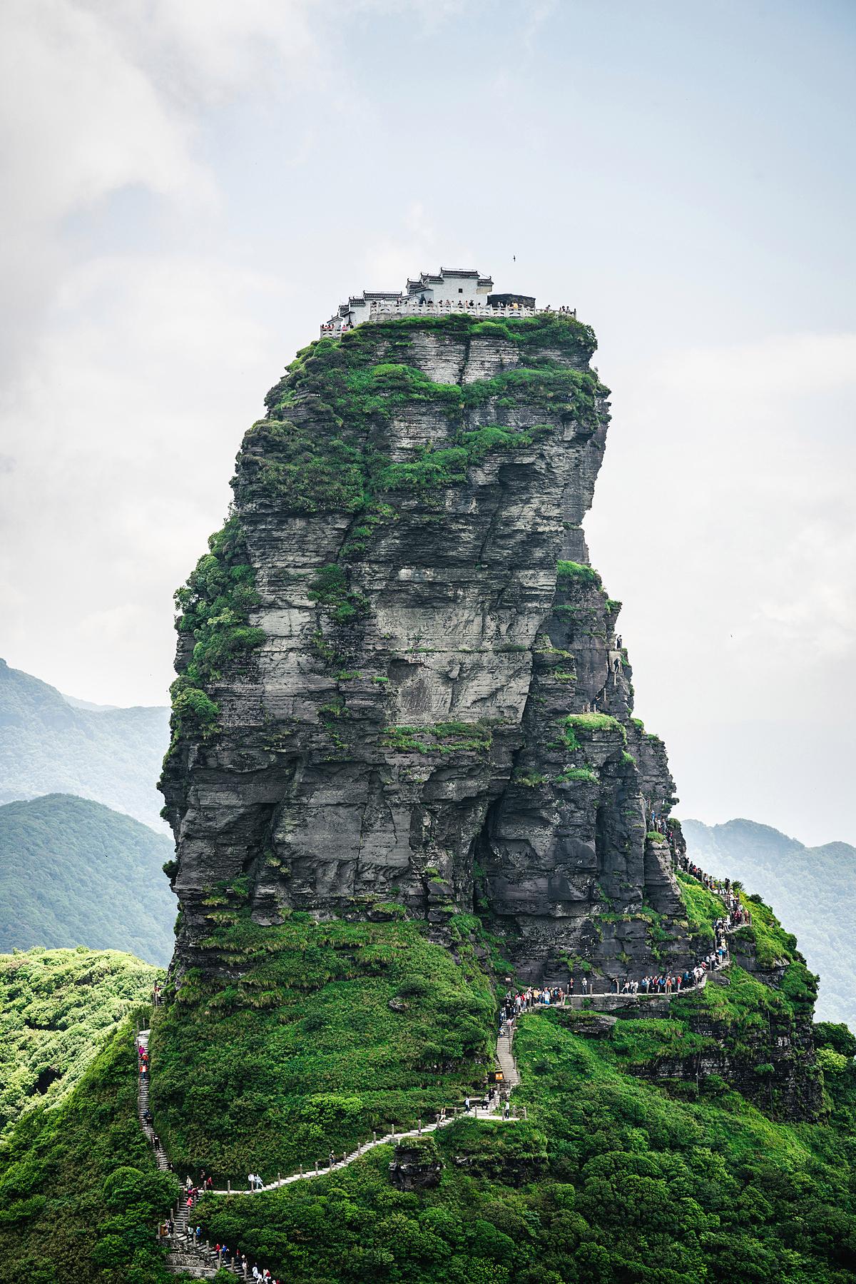 Để đến được chốn thiên đường này, trước tiên du khách phải leo hơn 8.000 bậc thang để đến ngôi đền ở phía nam, sau đó đi bộ qua cầu để tới thăm công trình còn lại ở phía bắc - như hành trình từ hiện tại tới tương lai. Ảnh: Keitma/Shutterstock