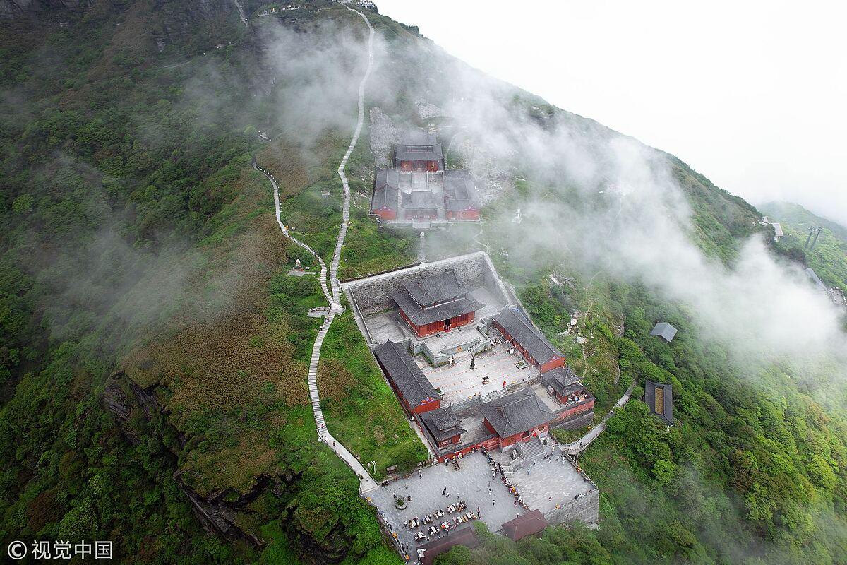 Quần thể tâm linh trên dãy núi bên dưới đỉnh Phạm Tịnh. Ngày nay, đền đôi được chính quyền trùng tu, gia cố bằng các vật liệu chắc chắn hơn để chống lại sức gió mạnh, môi trường khắc nghiệt trên cao. Tuy nhiên, công trình mà du khách thấy ngày nay vẫn giữ nguyên lối kiến trúc ban đầu của nó. Ảnh: VCG