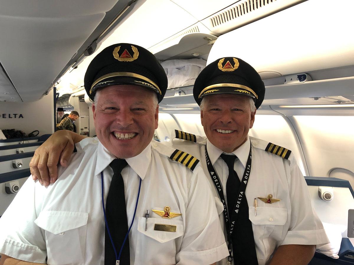 Khi nhiều người nhìn vào buồng lái của hãng Delta từ sân bay quốc tế JFK, New York, Mỹ, họ tưởng mình hoa mắt vì nhìn thấy hai phi công giống hệt nhau. Nhưng sự thật, đó là cặp sinh đôi John và Tony Vivinetto. Cả hai cùng điều khiển chiếc A330 và có hơn 30 năm lái máy bay cùng nhau.  John cho biết trong các cuộc họp ngắn trước mỗi chặng bay cùng phi hành đoàn, mọi người đều thể hiện vẻ mặt như cố nín cười khi thấy hai anh em. Đó là điều mà chúng tôi đã gặp suốt cả đời.