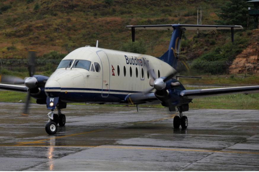 Hành khách của hãng Buddha Air dường như không mấy vui vẻ khi rời máy bay và biết rằng mình đang ở cách xa nơi muốn đến. Ảnh: Ed Jones/AFP