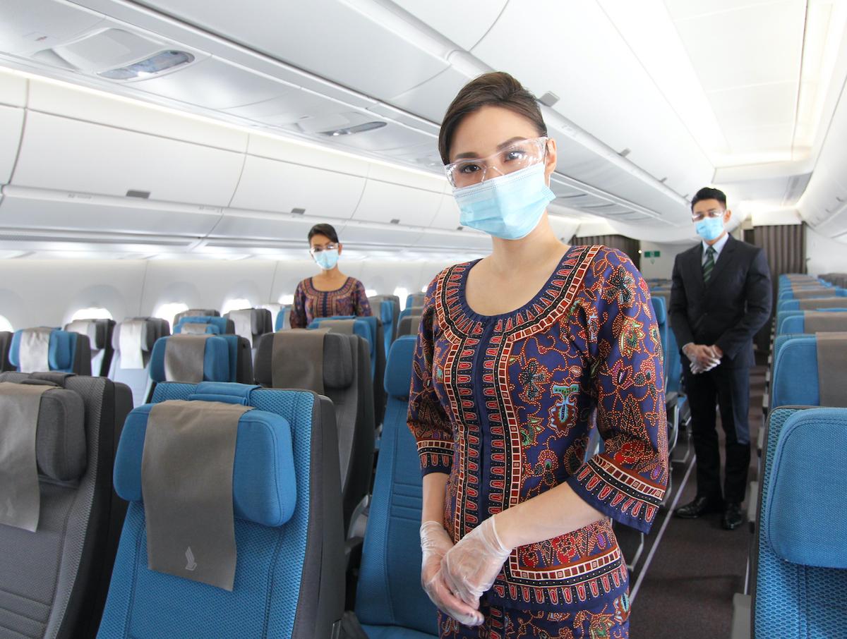 Phi hành đoàn của Singapore Airlines luôn trang bị đồ bảo hộ trong suốt chuyến bay. Ảnh: Singapore Airlines.