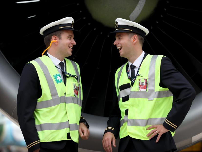 Có bố là phi công, mẹ là giáo viên huấn luyện bay nên cặp sinh đôi Timothy và Phill Entwisle không gây bất ngờ khi nối nghiệp phi công. Đánh dấu mốc 30 tuổi, hai anh em lập nên một lịch sử mới: trở thành cặp song sinh đầu tiên của hãng Qantas bay chung buồng lái. Chặng đầu tiên của họ làm việc cùng nhau là Sydney, Australia - Johannesburg, Nam Phi vào tháng 6/2018. Ảnh: News Corp Australia