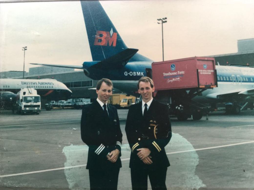 Jeremy (trái) gia nhập hãng British Airways vào năm 1987. Nick (phải) làm việc cho British Midland, hãng này sau đó cũng được sáp nhập với British Airways  vào  năm 2012. Họ có gần 45.000 giờ bay, cùng làm việc chung với nhau trên bầu trời trong 3,5 năm, chở hơn hai triệu hành khách trước khi về hưu. Họ nhìn khá giống nhau về ngoại hình, giọng nói nên nhiều người bị nhầm lẫn.Nick cho biết trước đây Jeremy chưa bao giờ kể với đồng nghiệp rằng mình có một người anh em sinh đôi đang bay cho British Midland. Một lần, khi đang ở sân bay Heathrow, một phi công của British Airways, nơi Jeremy đang làm, đi nhanh đến bên Nick, và hỏi anh rằng: Cậu nghĩ cái quái quỷ gì mà lại mặc đồng phục phi công của British Midland thế?. Nick đã phải mất một lúc để giải thích với người kia rằng mình không phải là Jeremy. Ảnh: Nicholas Hart