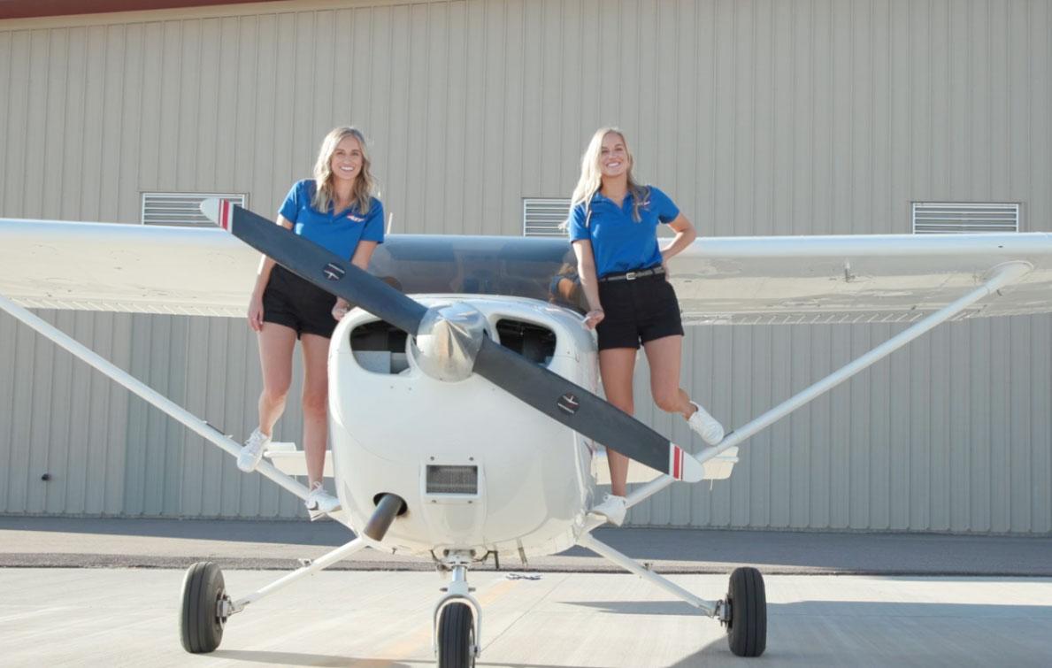 Ngày 7/12/2019, ở tuổi 24, cặp sinh đôi Lexie và Emily Wilson đã chính thức vượt qua kỳ thi thực hành bay tại sân bay Quốc tế Austin-Bergstrom tại Texas, Mỹ và nhận chứng chỉ phi công lái máy bay tư nhân. Cả hai đều là con nhà nòi khi gia đình có truyền thống trong ngành hàng không. Ảnh: Flying Magazine