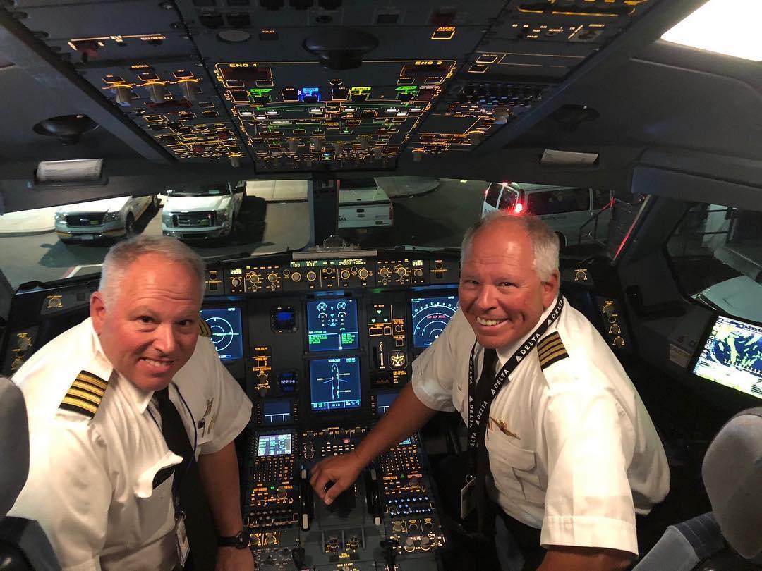 John và Tony cùng nhau điều khiển từ A330 đến B737-400, với hơn 30 năm sát cánh trên bầu trời. John cho biết, trong các cuộc họp ngắn trước mỗi chặng bay cùng phi hành đoàn, mọi người đều thể hiện vẻ mặt như cố nín cười khi thấy hai anh em. Đó là điều mà chúng tôi gặp phải suốt cả đời, ông chia sẻ. Ảnh: @flyingfahans/Instagram