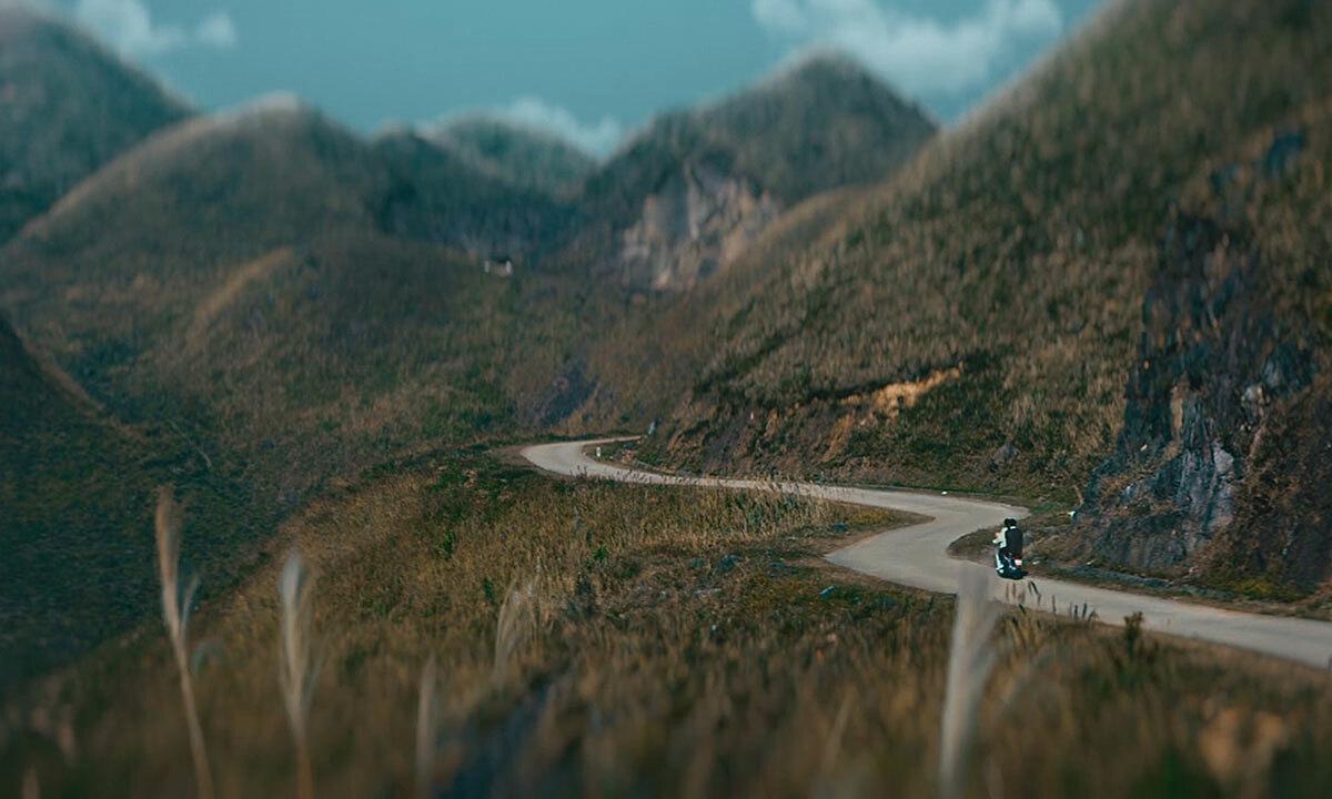 Cung đường tuần tra biên giới Bình LiêuNgoài cánh đồng cỏ lau trắng, trong MV còn xuất hiện cảnh quay trên cung đường tuần tra biên giới Bình Liêu. Đi trên cung đường này, du khách được ngắm những ngọn núi trùng điệp, những cánh đồng thơ mộng, hay các bản làng. Ngoài ra, Bình Liêu còn có các góc sống ảo như bãi đá cổ ở cột mốc 1327, sống lưng khủng long tại mốc 1305...