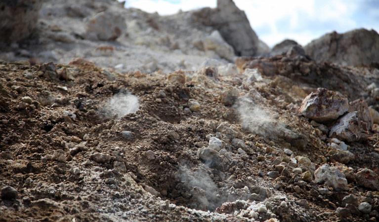 Các vết nứt và lỗ thông hơi tạo ra trên mặt đất cho phép khí lưu huỳnh thoát ra và ngọn lửa ngầm đốt vỉa than tới 1.700 độ C có oxy để cháy. Ảnh: Brent Mail/NSW Government