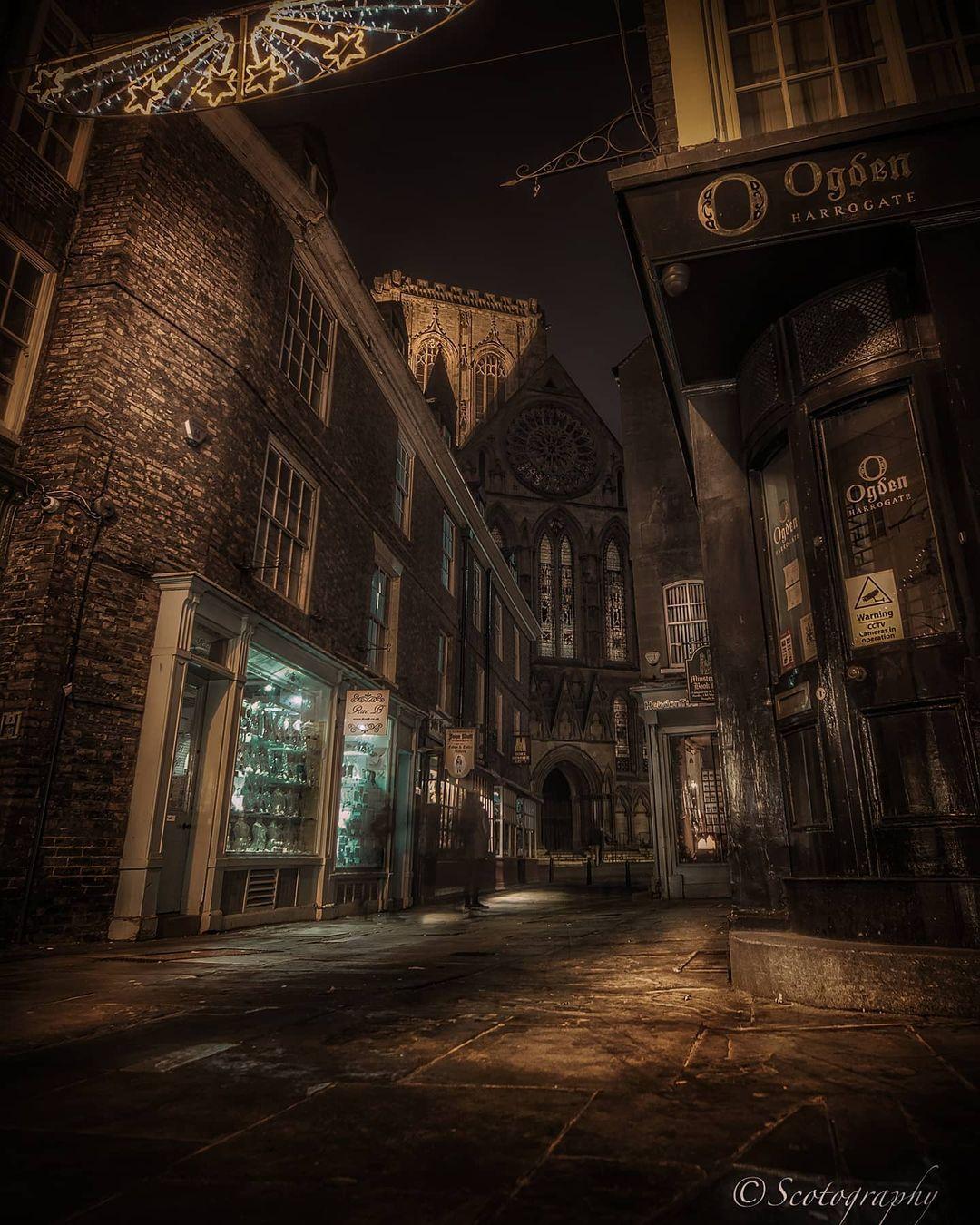 Scott lang thang chụp ảnh đêm trên đường Minster Gates - nơi có cả hàng trang sức Ogden of Harrogate, một thương hiệu địa phương.