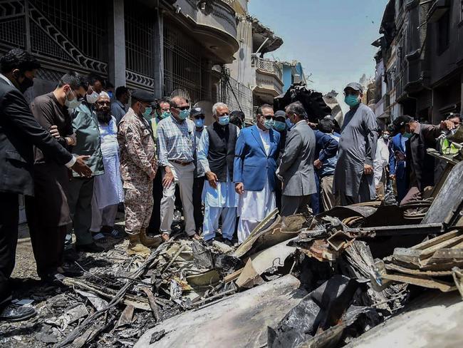 Nhà chức trách Pakistan kiểm tra hiện trường vụ tai nạn máy bay tại một khu dân cư ở Karachi. Ảnh: AFP