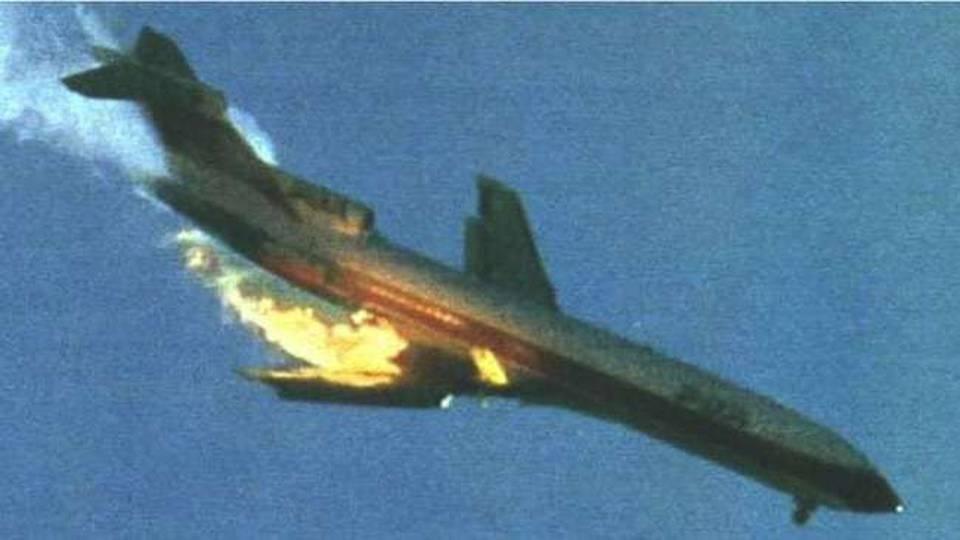 Chiếc Pacific Southwest Airlines bốc cháy sau khi va chạm với một máy bay hạng nhẹ trên bầu trời nước Mỹ. Ảnh: News