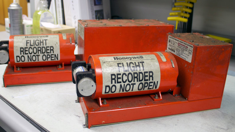 Một trong hai bộ phận tạo nên hộp đen của máy bay là máy ghi âm đặt trong buồng lái. Chúng có tác dụng ghi lại các cuộc trò chuyện của phi hành đoàn và cảnh báo trên những chiếc máy bay gặp nạn, giúp các nhà điều tra xác định được chuyện gì đã xảy ra. Ảnh: How Stuff Work