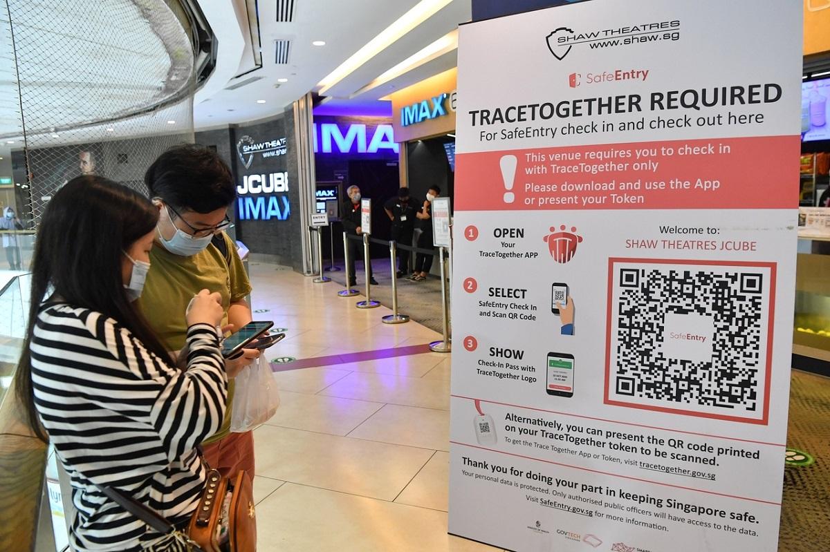 Các biện pháp an toàn, truy vết dịch đã trở thành một phần mới không thể thiếu trong cuộc sống hàng ngày tại Singapore. Nguồn: Straits Times.