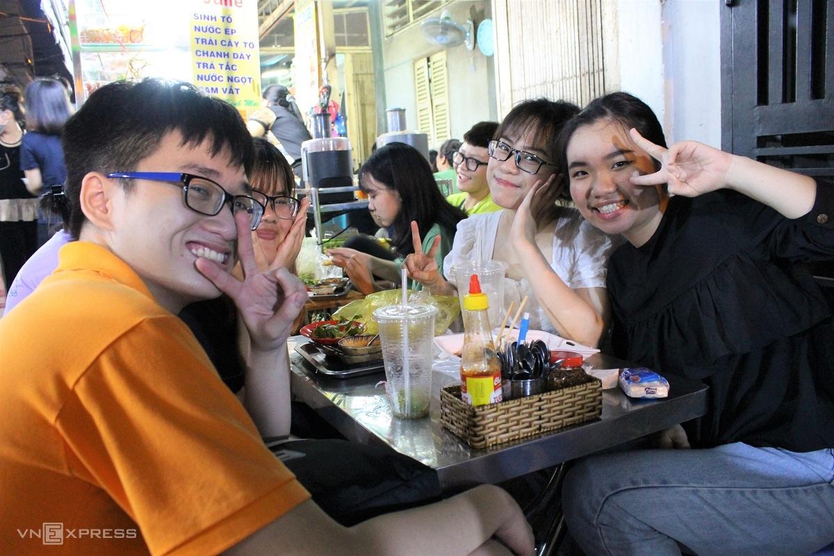 Nhóm bạn của Lê Thị Như Ý (áo trắng) nhà ở quận 3, TP.HCM thường đến khu phố ẩm thực đường Hồ Thị Kỷ để ăn uống, vui chơi sau giờ học ở trường. Theo bạn, con phố có đồ ăn đa dạng, luôn nhộn nhịp và chủ quán buôn bán vui vẻ, hòa đồng với thực khách, giá đồ ăn rẻ, vừa túi tiền với sinh viên.