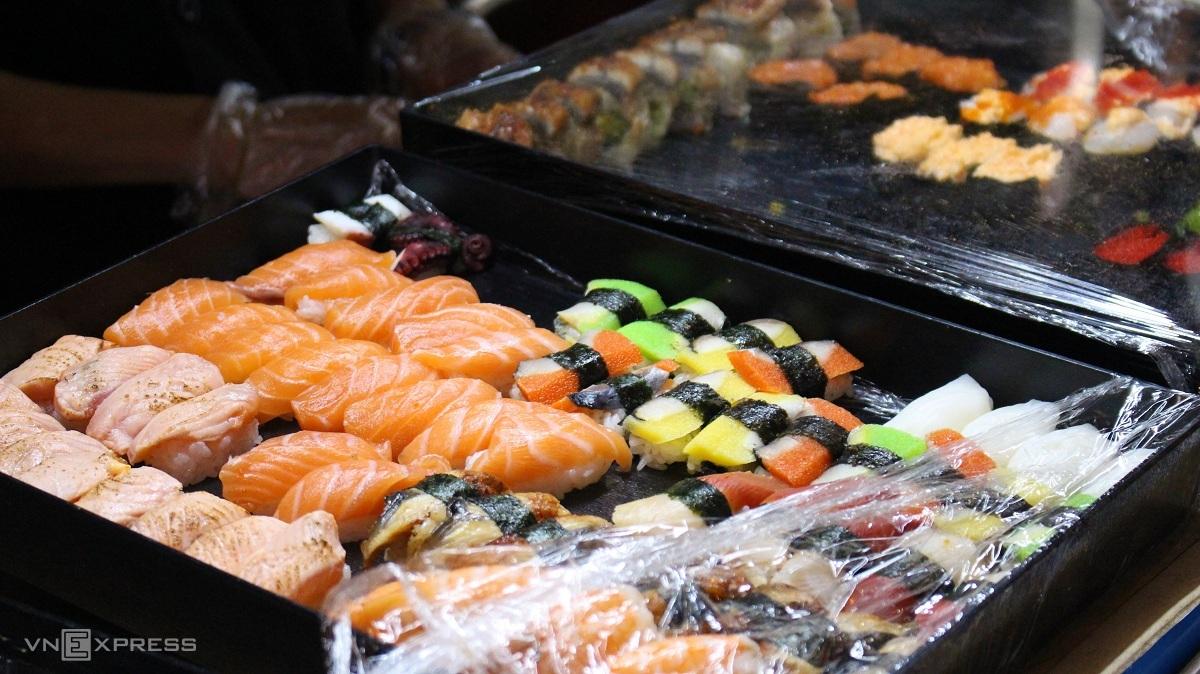 Bên cạnh các món thuần Việt, chủ gian hàng còn bán thêm món ăn Nhật Bản, Hàn Quốc khá phổ biến trong các khu phố ẩm thực hiện nay như sushi, takoyaki, kimbap, tobokki... Các món ăn Hàn Quốc tại đây có vị cay ngọt hòa quyện, vừa miệng.