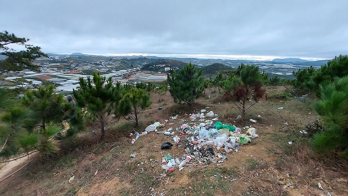 Cảnh tượng nhếch nhác tại đồi Đa Phú được chụp vào sáng ngày 1/1/2021. Ảnh: Vu Huong Duong
