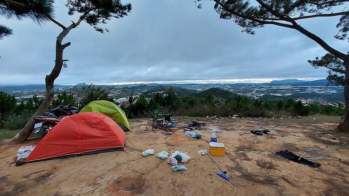 Có nhiều đợt khách cắm trại dịp Tết dương lịch 2021 tại đồi Đa Phú. Ảnh: Vu Huong Duong