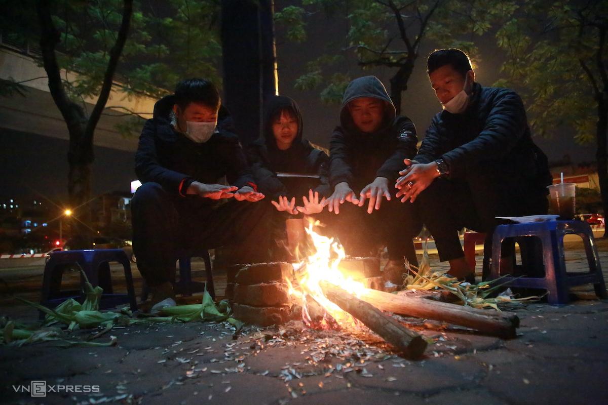 Người dân quây quần đốt sưởi ấm trong đợt rét Tết dương lịch 2021. Ảnh: Gia Chính