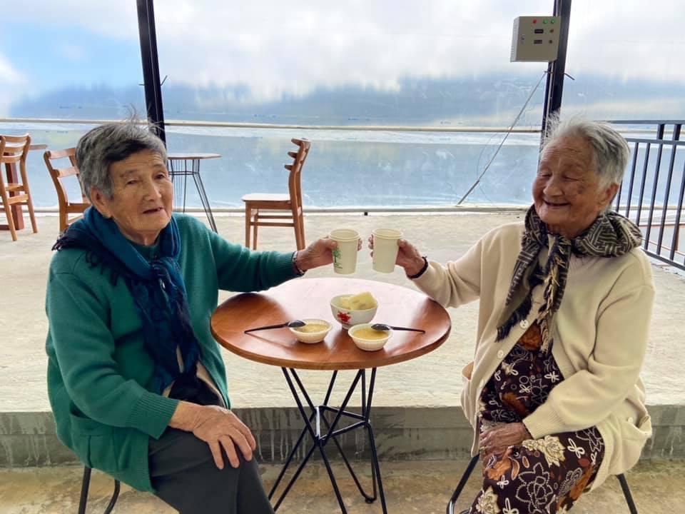 Nụ cười dù móm mém nhưng luôn thường trực, giúp người xem có thể cảm nhận những phút giây vui vẻ khi hai cụ ở cạnh nhau.