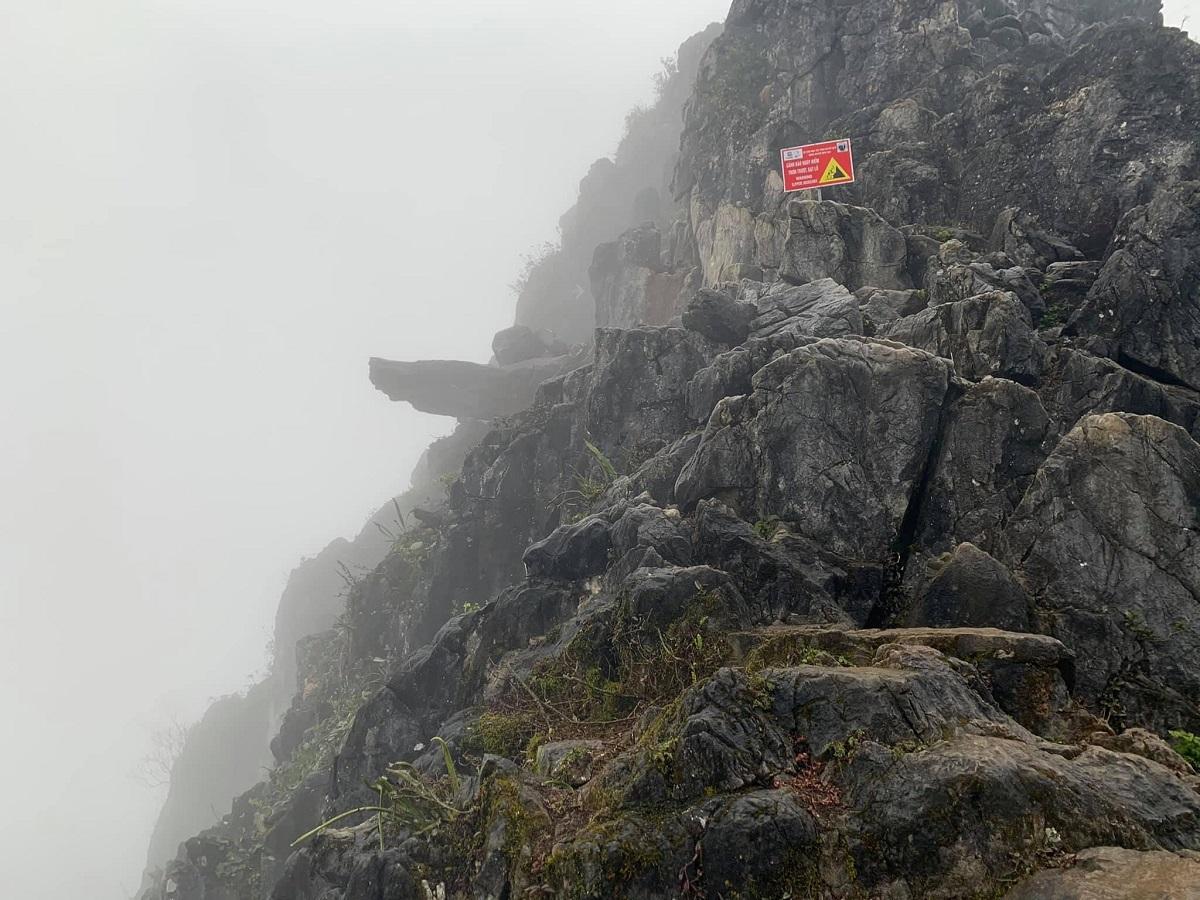 Biển cảnh báo được đặt ở chân dốc và khu vực cách mỏm đá khoảng 3 m. Ảnh: Ngô Sỹ Ngọc.