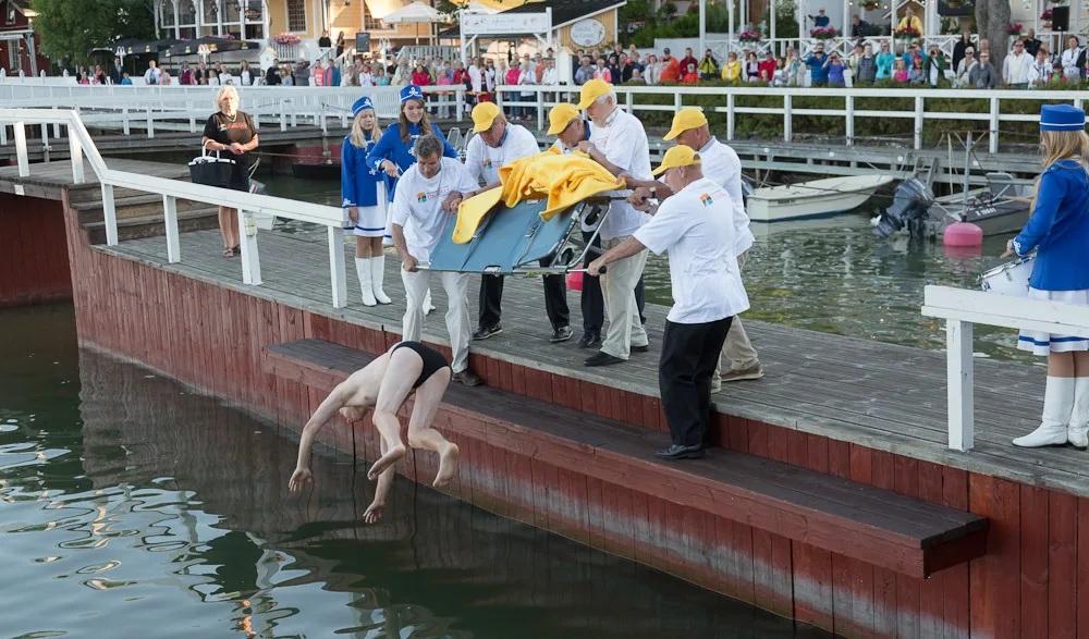 Ngày lễ Người buồn ngủLễ hội đặc biệt này được tổ chức vào 27/7 hàng năm. Người cuối cùng trong nhà ra khỏi giường sẽ bị ném xuống hồ, sông hoặc biển. Ở thành phố Naantali, đây là một sự kiện lớn với truyền thống ném một người nổi tiếng xuống biển. Ảnh: Procaffenation