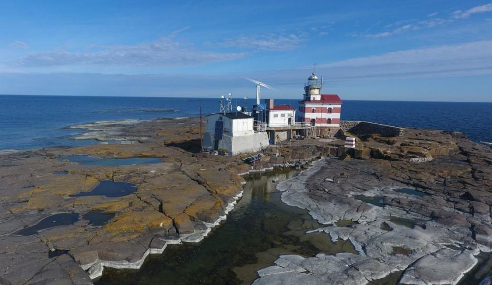 Xây nhầm hải đăng trên đất Thụy Điển Biên giới giữa Thụy Điển và Phần Lan nằm trên Märket, hòn đảo có diện tích chỉ 0,03 km2 giữa vịnh Bothnia. Vào năm 1885, Công quốc Phần Lan (khi đó vẫn là một phần tự trị của Đế quốc Nga) vô tình xây dựng một ngọn hải đăng trên phần lãnh thổ Thụy Điển của hòn đảo. Ảnh: Majakkaseura