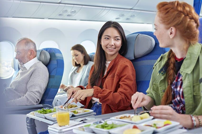 Các suất ăn không dùng đến trên các chuyến bay thường sẽ bị đổ bỏ. Ảnh: Rafal Rodzoch/ Lonely Planet