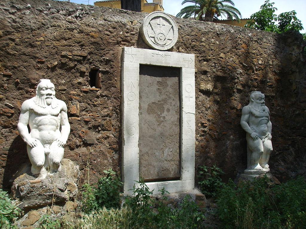 Cổng Nhà giả kim, đồi Esquiline, Rome, Italy. Vào thế kỷ 17, khu vực này là dinh thự của một hầu tước yêu thích thuật giả kim có tên Massimiliano Palombara. Theo truyền thuyết, một nhà giả kim đã gặp hầu tước tại một bữa tiệc tối, nói rằng ông đã tìm ra công thức tạo ra vàng từ thảo mộc. Sáng hôm sau, nhà giả kim biến mất, để lại một vài mảnh vàng và để lại một tờ giấy gồm các ký hiệu bí ẩn. Palombara không thể giải nghĩa chúng nên đã ra lệnh khắc các ký hiệu này trên những cánh cửa vào khu vườn của mình với hy vọng ai đó có thể tìm ra đáp án. Cả biệt thự và khu vườn đều không tồn tại cho đến ngày nay, nhưng cánh cửa kỳ bí vẫn còn sót lại. Ảnh: Wikipedia
