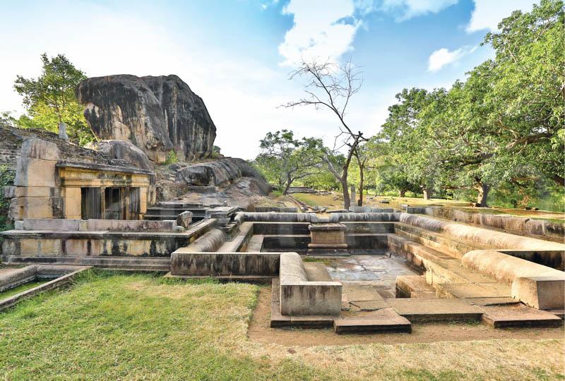 Công viên Ranmasu Uyana, Srilanka. Nơi đây còn có tên gọi khác là Cánh cổng sao, thu hút du khách bởi các di tích kiến trúc cổ bằng đá. Nhiều người tin rằng đây là cánh cổng để liên lạc với các nền văn minh ngoài Trái đất và những bức tranh được chạm khắc trên các phiến đá là thông điệp để mở chúng. Tuy nhiên, các nhà khảo cổ phản bác và cho rằng giả thiết như vậy là vô lý. Ảnh: Incredible Lanka