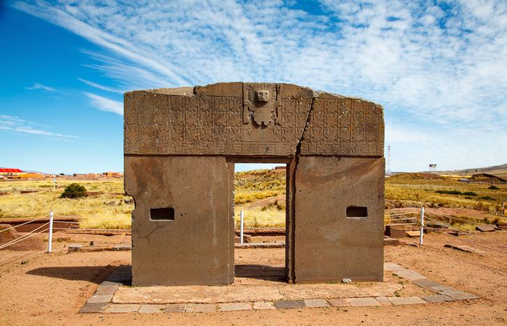 Cổng mặt trời, Bolivia. Cánh cổng được chạm khắc từ một miếng đá nguyên khối, nặng khoảng 10 tấn, có niên đại khoảng 1.500 tuổi từ nền văn minh cổ đại Tiwanaku. Người xưa tin rằng thần Mặt trời Viracocha đã tạo ra loài người tại đây và sử dụng cánh cổng này để đi lại giữa các thế giới. Khi được phát hiện vào thế kỷ 19, cánh cổng đã bị rơi xuống đất. Những người duy vật tin rằng truyền thuyết này không có thật. Trên thực tế, cánh cổng có thể là một phần của một kiến trúc lớn hơn và được người xưa sử dụng như một cuốn lịch lớn. Ảnh: Genial