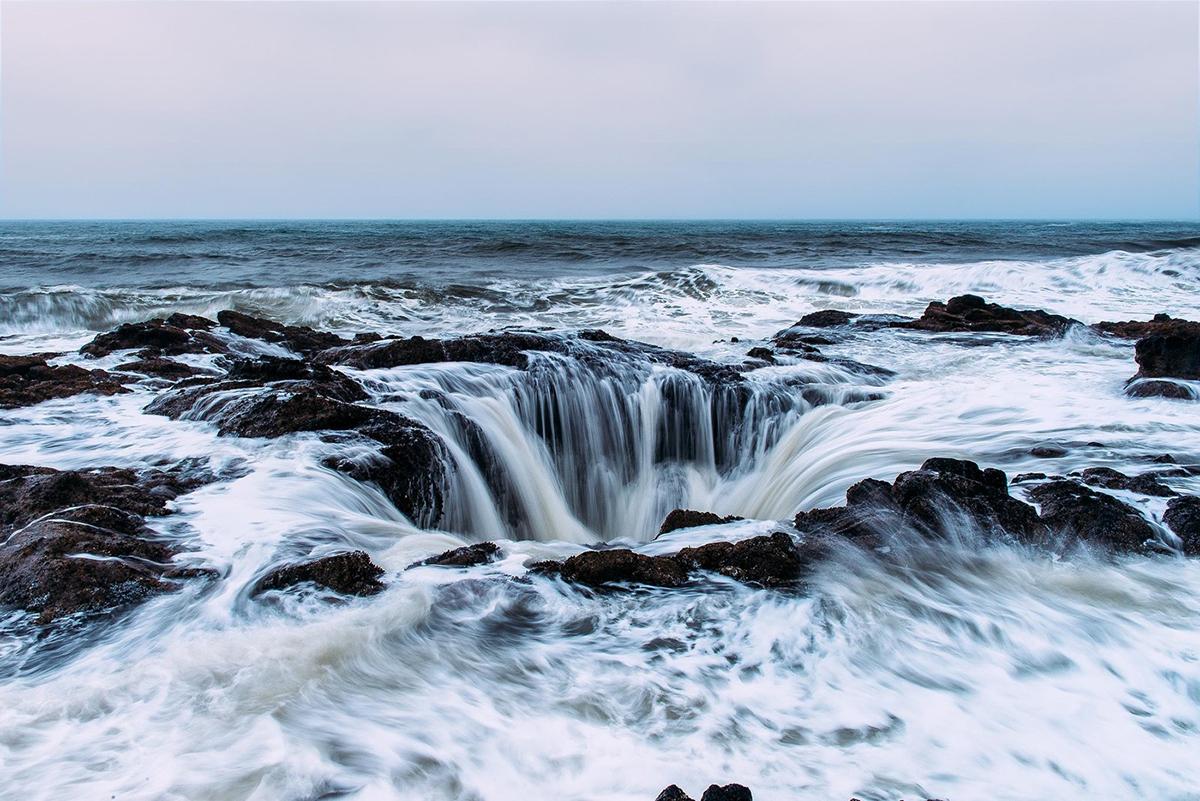 Giếng thần Thor, Oregon, Mỹ. Lấy tên của thần sấm trong thần thoại Bắc Âu, đây là một hố sụt tự nhiên hình cái phễu nằm ở mũi Perpetua. Nó còn được gọi là cánh cổng đến thế giới dưới lòng đất. Chiếc hố trở thành một lỗ hút nước dữ dội khi thủy triều lên xuống và trong thời tiết mưa bão. Do dòng chảy vào đây quá mạnh nên các nhà nghiên cứu vẫn chưa tìm ra được độ sâu của hồ sụt này.