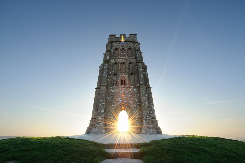 Đồi Glastonbury Tor, Somerset, Anh. Ngọn đồi trống trải, không có cây cối hay nhà dân, chỉ có duy nhất ngọn tháp từ thời trung cổ của nhà thờ Thánh Michael. Nơi đây thu hút du khách không chỉ nhờ tầm nhìn toàn cảnh mà còn bởi những truyền thuyết về vua Arthur . Nhiều truyền thuyết cho rằng, tại đây, bạn có thể tìm thấy lối vào Avalon - một thế giới khác giống như thiên đường, nơi thời gian đứng yên và tuổi trẻ vĩnh cửu ngự trị. Ảnh: Stephen Spraggon