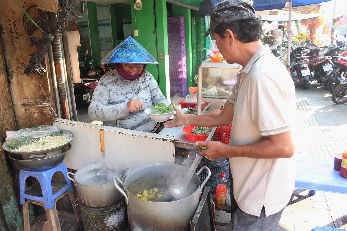 Mỗi sáng quán mở bán lúc 6h, cô Thuận làm món còn chồng phụ việc giao đồ, dọn dẹp. Ảnh: Huỳnh Nhi