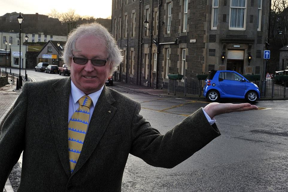 Con phố chỉ có chiều dài bằng một chiếc xe hơi nhỏ. Trên ảnh là chủ khách sạn Murray Lamont. Ảnh: MSN