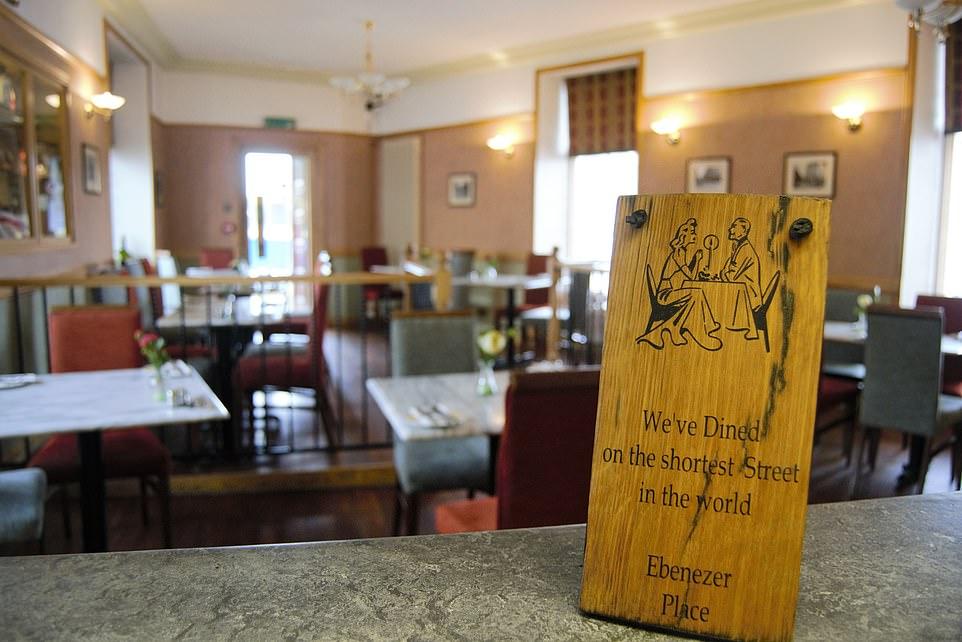 Bên trong nhà hàng của khách sạn Mackays có đề tấm biển: Chúng tôi phục vụ bữa tối trên con phố ngắn nhất thế giới. Ảnh: MSN