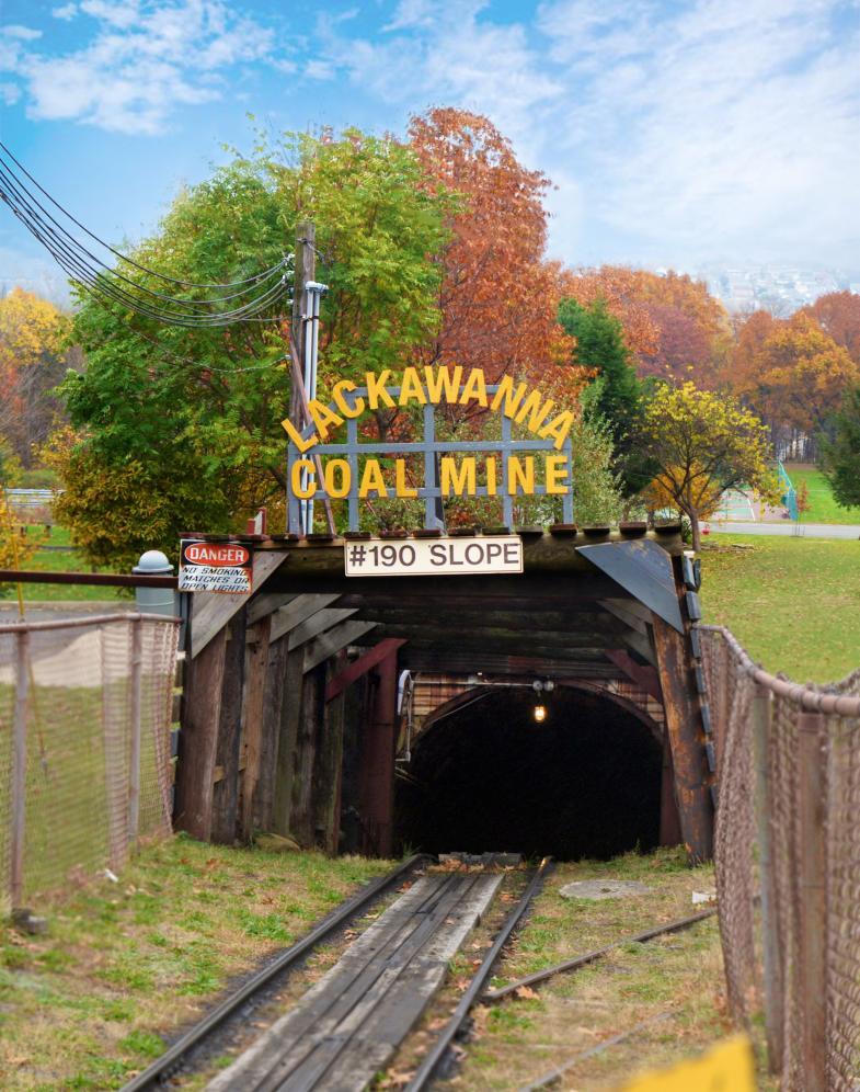 Scranton là thành phố gắn liền với công nghiệp khai thác than. Du khách đến đây có thể tham quan mỏ than Lackawanna. Bước vào mỏ, bạn sẽ trải nghiệm điều kiện làm việc khó khăn của các người thợ trong nhiều thập kỷ khi mọi thứ xung quanh tối đen như mực. Ngoài ra, bạn cũng có cơ hội tìm hiểu về lịch sử của khu mỏ, đặc biệt về những đứa trẻ từng làm việc tại đây. Ảnh: visitnepa