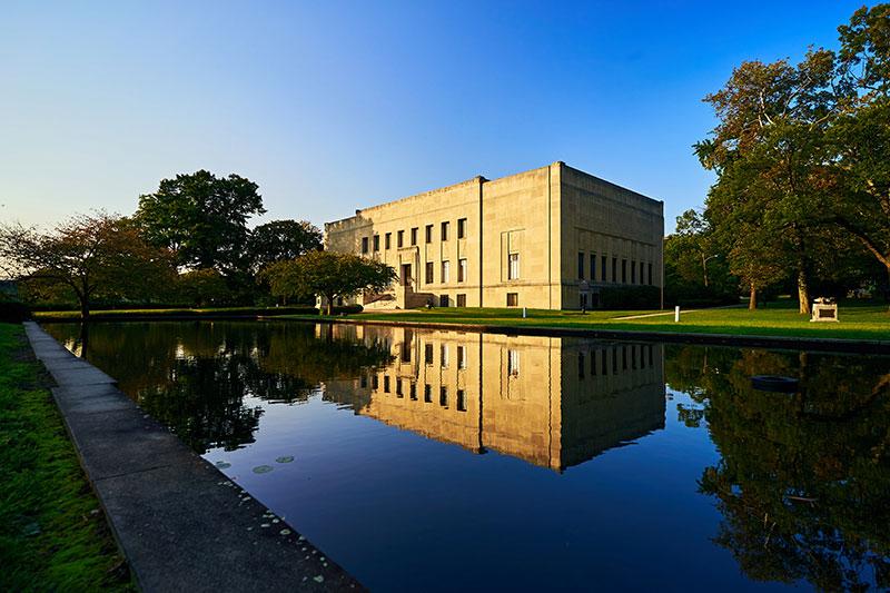 Nằm trong công viên Nay Aug, bảo tàng Everhart hấp dẫn và mang tính giáo dục cho mọi lứa tuổi. Bảo tàng phi lợi nhuận này được thành lập vào năm 1908, trở thành một trong những bảo tàng lâu đời nhất ở Pennsylvania.  Với hơn một chục phòng trưng bày, Everhart mở ra cánh cửa nghệ thuật, khoa học và lịch sử tự nhiên. Bộ sưu tập phổ biến nhất là Phòng trưng bày Chim, được lấy cảm hứng từ niềm đam mê với môn điểu học của người sáng lập - tiến sĩ Isaiah Fawkes Everhart. Ảnh: discovernepa