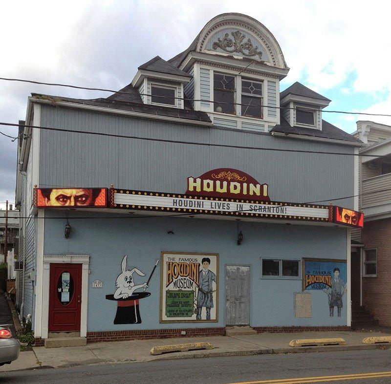 Bảo tàng Houdini nằm trong một tòa nhà hơn 100 tuổi để tưởng nhớ ảo thuật gia nổi tiếng Harry Houdini. Ông đã dành một thời gian trong sự nghiệp của mình để biểu diễn ở Thành phố Điện. Đến đây bạn sẽ được khám phá về những câu chuyện và sự thật thú vị về cuộc đời của ảo thuật gia đại tài. Nơi đây có đầy đủ các hiện vật mà Houdini đã dùng, cũng như kỷ vật của ông. Hướng dẫn viên của bạn sẽ kể cho bạn những câu chuyện và sự thật thú vị về cuộc đời của Houdini, cũng như trải nghiệm hỗ trợ diễn xuất cho các buổi diễn ảo thuật. Ảnh: discovernepa