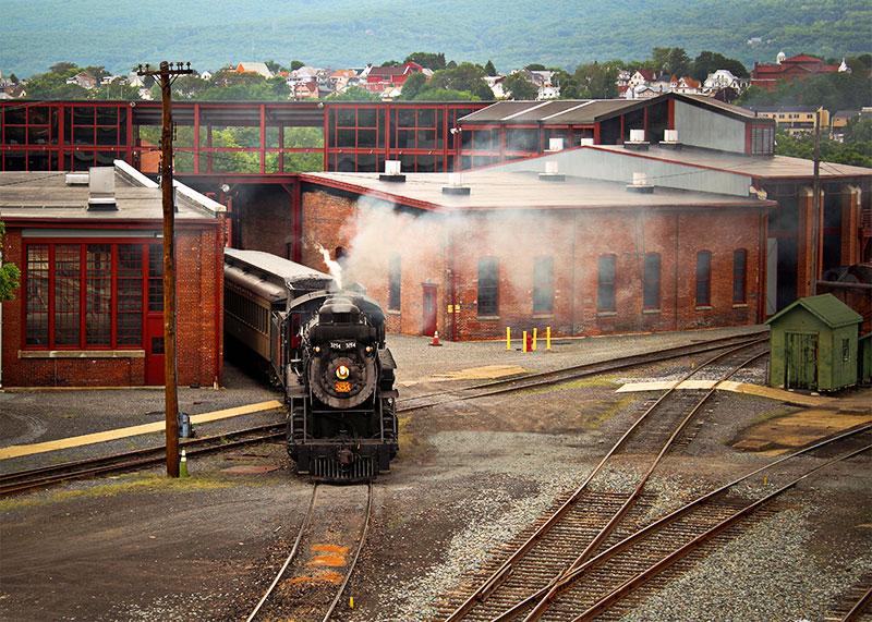 Di tích lịch sử quốc gia Steamtown trưng bày các đầu máy hơi nước. Du khách có thể tận mắt chứng kiến những cỗ máy đã thúc đẩy cuộc cách mạng công nghiệp tại Mỹ. Bảo tàng cũng có một số triển lãm cho phép du khách tương tác như trải nghiệm sắp xếp thư trong Bưu điện Đường sắt, xem những thợ máy xe lửa làm việc trên những động cơ hơi nước khổng lồ. Ảnh: discovernepa