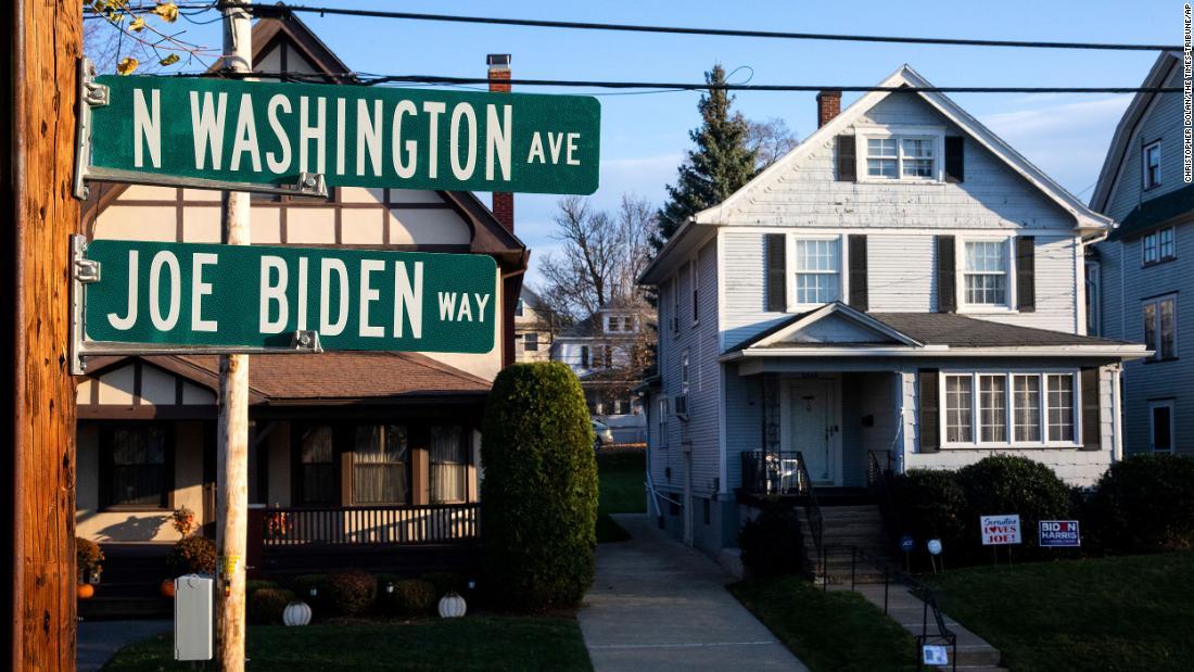 Cuối tháng 11/2020, thị trưởng thành phố Scranton Paige Cognetti cho lắp đặt một biển tên mới cho con đường chạy qua ngôi nhà thời thơ ấu của Joe Biden nằm giữa đại lộ North Washington Avenue và phố Fisk. Đây là một trong những địa điểm người dân Scranton tự hào giới thiệu cho du khách. Ảnh: CNN