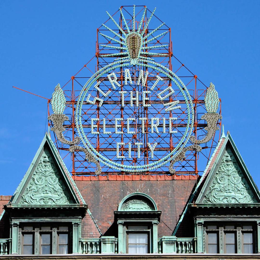 Nơi đây có tên gọi khác là Thành phố Điện. Người dân tự hào với tên gọi này và nó được dựng thành một biển hiệu lớn ở góc đường Linden giao với đại lộ Washington. Nguồn gốc của tên gọi này bắt nguồn từ những năm 1800 khi đèn điện xuất hiện và bắt đầu được sử dụng khắp thành phố. Scranton là thành phố đầu tiên tại Mỹ có tàu điện.Ảnh: Fotospot