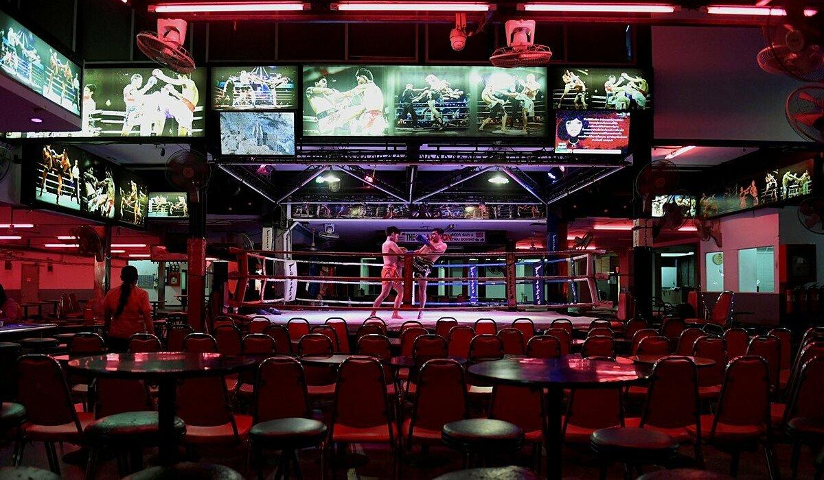 Các võ sĩ Muay Thái biểu diễn trong một quán bar vắng khách ở Phuket. Ảnh: Reuters