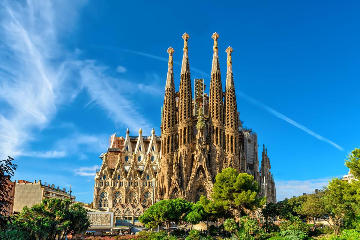Nhà thờ Sagrada Familia, Barcelona, Tây Ban Nha được khởi công xây dựng từ năm 1882 bởi kiến trúc sư huyền thoại Antoni Gaudi. Dự án bắt đầu dang dở từ năm 1926 do ông mất đột ngột trong một tai nạn tàu điện. Khi Gaudi qua đời, công trình mới chỉ hoàn thành được hầm mộ, các bức tường vòm, một cổng và một tòa tháp. Ba tòa tháp khác được xây thêm vào năm 1930 để hoàn thiện mặt tiền phía đông bắc. Sau đó, cho đến tận năm 2019, nhà thờ mới được cấp giấy phép để tiếp tục xây dựng với dự kiến hoàn thành vào năm 2026. Nhà thờ nổi tiếng với lối kiến trúc kết hợp giữa Gothic truyền thống và Art Nouveau hiện đại. Đây là một trong những điểm tham quan được viếng thăm nhiều nhất tại Tây Ban Nha, thu hút hơn 4,5 triệu du khách mỗi năm. Ảnh: Lonely Planet