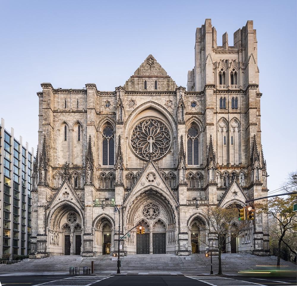 Nhà thờ Thánh John the Divine, New York, Mỹ bắt đầu xây dựng vào năm 1892. Đây là nhà thờ Anh giáo lớn nhất trên thế giới và đến nay vẫn chưa hoàn tất xây dựng và tu sửa. Việc xây dựng nhà thờ bị gián đoạn nhiều lần, tiêu biểu là qua hai cuộc Thế chiến và vào năm 1999 việc xây dựng bị dừng lại do thiếu kinh phí. Khi đó, công trình mới chỉ hoàn thành 2/3. Vào năm 2001, ở gian giữa phía bắc của nhà thờ đã xảy ra hỏa hoạn và nhà thờ cần phải trùng tu. Du khách có thể vào bên trong để chiêm ngưỡng quy mô to lớn của nhà thờ với trần cao, cửa sổ kính màu. Ảnh: Masonry Magazine